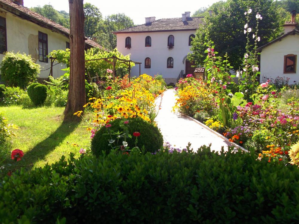 Забележителности - Дивотински манастир Света Троица до Банкя