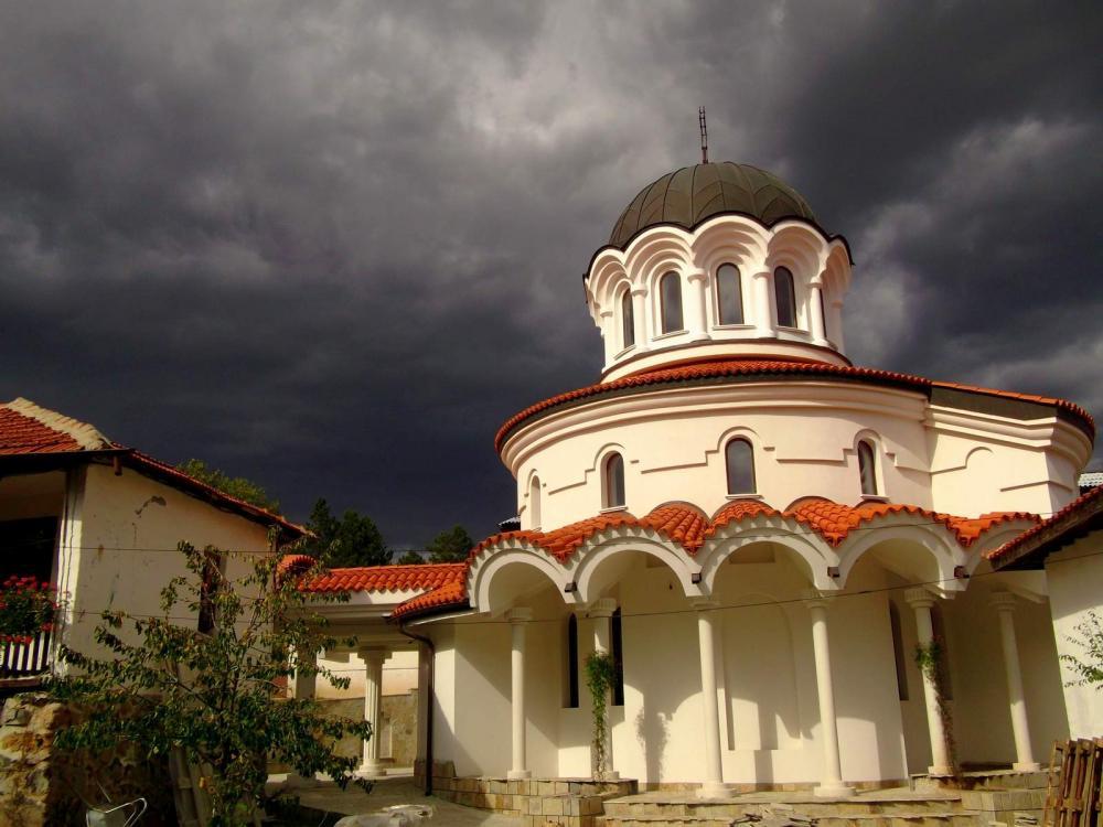 Забележителности - Клисурският манастир Света Петка до Банкя